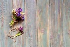 Blumenstrauß von Iris blüht Iridodictyum auf einem hölzernen Hintergrund Lizenzfreie Stockfotos
