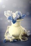 Blumenstrauß von Iris in einem hölzernen Vase Lizenzfreies Stockfoto