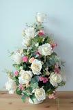 Blumenstrauß von künstlichen Blumen auf dem Tisch Lizenzfreie Stockbilder
