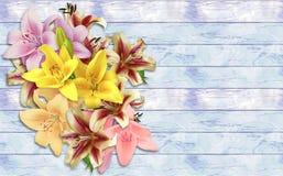 Blumenstrauß von Lilien auf einem hölzernen Hintergrund des Schmutzes Stockfotos