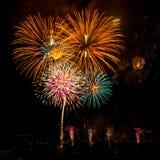Blumenstrauß von mehrfachen Feuerwerken Lizenzfreies Stockfoto