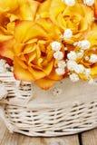 Blumenstrauß von orange Rosen, Kopienraum Lizenzfreie Stockfotos