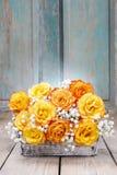 Blumenstrauß von orange Rosen, Kopienraum Stockbilder