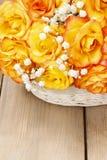 Blumenstrauß von orange Rosen, Kopienraum Lizenzfreies Stockfoto