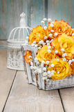 Blumenstrauß von orange Rosen, Kopienraum Stockfotografie