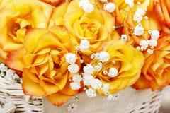 Blumenstrauß von orange Rosen, Kopienraum Lizenzfreies Stockbild