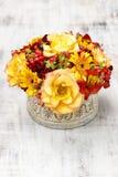 Blumenstrauß von orange Rosen und von Herbstpflanzen in Weinlese keramischem Vas Lizenzfreie Stockbilder