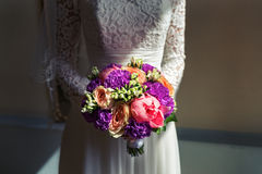 Blumenstrauß von Pfingstrosen in der Handbraut Stockfotos