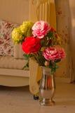 Blumenstrauß von Pfingstrosen im Innenraum Lizenzfreie Stockbilder