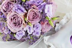 Blumenstrauß von purpurroten Blumen Stockfotos