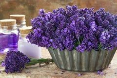 Blumenstrauß von purpurroten Lavendeln und von Badekurortprodukten Stockfotos