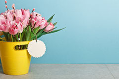 Blumenstrauß von rosa frischen Tulpen mit Pussyweide im gelben Eimer Lizenzfreies Stockfoto