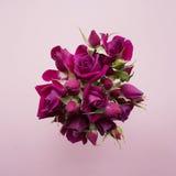 Blumenstrauß von rosa Rosen auf einem hölzernen Hintergrund mit dem Platz für Ihren Text Lizenzfreies Stockbild