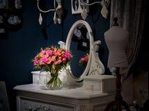 Blumenstrauß von rosa Rosen auf einer weißen Tabelle mit einem Spiegel Blumenstrauß wird im Th reflektiert Lizenzfreie Stockfotografie