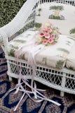 Blumenstrauß von rosa Rosen auf Sofa Stockfoto