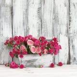 Blumenstrauß von rosa Rosen im Kasten lizenzfreie stockfotos