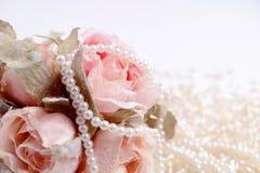 Blumenstrauß von rosa Rosen mit Perlen Stockbild