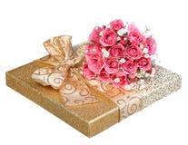 Blumenstrauß von rosa Rosen und von Goldgeschenkbox lokalisiert auf Weiß Lizenzfreie Stockbilder