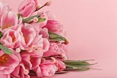 Blumenstrauß von rosa Tulpen auf rosa Hintergrund Stockfotografie