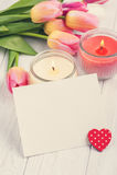 Blumenstrauß von rosa Tulpen mit leerer Karte und Herzen Lizenzfreies Stockbild