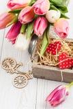 Blumenstrauß von rosa Tulpen und von Herzen Stockbild