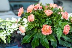 Blumenstrauß von rosa und weißen Blumen auf Auto Stockfotografie