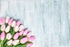 Blumenstrauß von rosa und weißen Tulpen Kopieren Sie Raum, Draufsicht Gelbe und rote Farben Mutter-Tag, Geburtstag, Valentine Day Stockfotografie