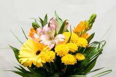 Blumenstrauß von rosa, weißen, orange und gelben Blumen Viele verschiedenen Blüten Große Gerberablüte Blühende Chrysantheme, weiß Lizenzfreies Stockbild