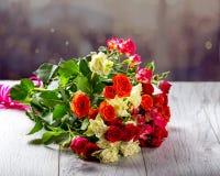 Blumenstrauß von Rosen auf dem Tisch Mehrfarbige Rosen Stockfoto
