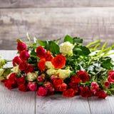Blumenstrauß von Rosen auf dem Tisch Mehrfarbige Rosen Stockfotos