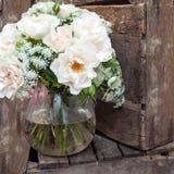 Blumenstrauß von Rosen auf hölzernem Hintergrund stockbild
