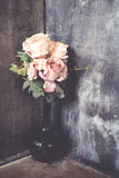 Blumenstrauß von Rosen an der Ecke Stockfotos