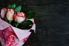 Blumenstrauß von Rosen in einer Papierverpackung Stockbild