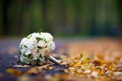 Blumenstrauß von Rosen für Braut auf dem Herbstlaub Lizenzfreies Stockfoto