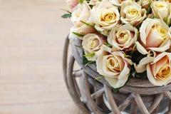 Blumenstrauß von Rosen im Weidenkorb, Kopienraum Lizenzfreie Stockfotos