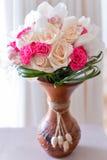 Blumenstrauß von Rosen im Weinlesevasen-Brautblumenstrauß Stockfotografie