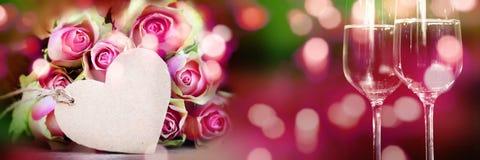 Blumenstrauß von Rosen mit Herzen und Champagner Lizenzfreie Stockfotografie