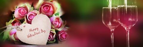 Blumenstrauß von Rosen mit Herzen und Champagner Lizenzfreie Stockfotos