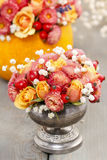 Blumenstrauß von Rosen und Chrysanthemen in der Weinlese versilbern Vase Stockfotografie