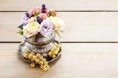 Blumenstrauß von Rosen und eustomas in der Weinlese versilbern Vase Stockfoto