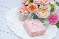 Blumenstrauß von Rosen und von Geschenk lizenzfreies stockfoto
