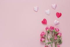 Blumenstrauß von Rosen und von Herzen auf einem rosa Hintergrund Raum für Text Lizenzfreies Stockbild