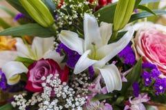 Blumenstrauß von Rosen und von Lilien Stockfotografie