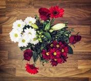 Blumenstrauß von Rosen, von Gerberas, von Lilien und von Chrysanthemen, Valentinsgruß Stockbild