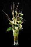 Blumenstrauß von Rosen, von statice und von Pussyweiden verzweigt sich. Stockfotografie