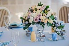 Blumenstrauß von Rosenritterspornvasen-Glasseide Stockfoto
