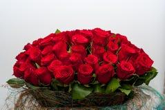 Blumenstrauß von roten Rosen auf einem Wandhintergrund lizenzfreies stockbild