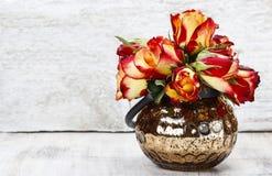 Blumenstrauß von roten Rosen im Glasvase. Weißer hölzerner Hintergrund Stockbilder