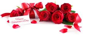 Blumenstrauß von roten Rosen und von Geschenkbox lokalisiert auf weißem Hintergrund Lizenzfreie Stockfotografie