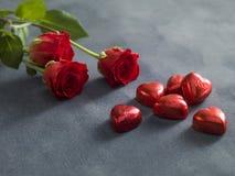 Blumenstrauß von roten Rosen und von Hirsch formte Schokoladen Rote Rose Lizenzfreies Stockbild